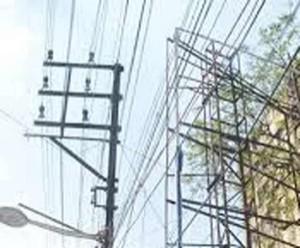 कुशीनगर में भाजपा की होर्डिंग लगाते समय विद्युत करंट से तीन झुलसे