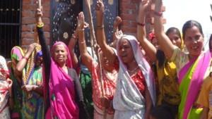 UP: शराब की दुकाने बंद करने को लेकर महिला ब्रिगेड का हल्ला बोल