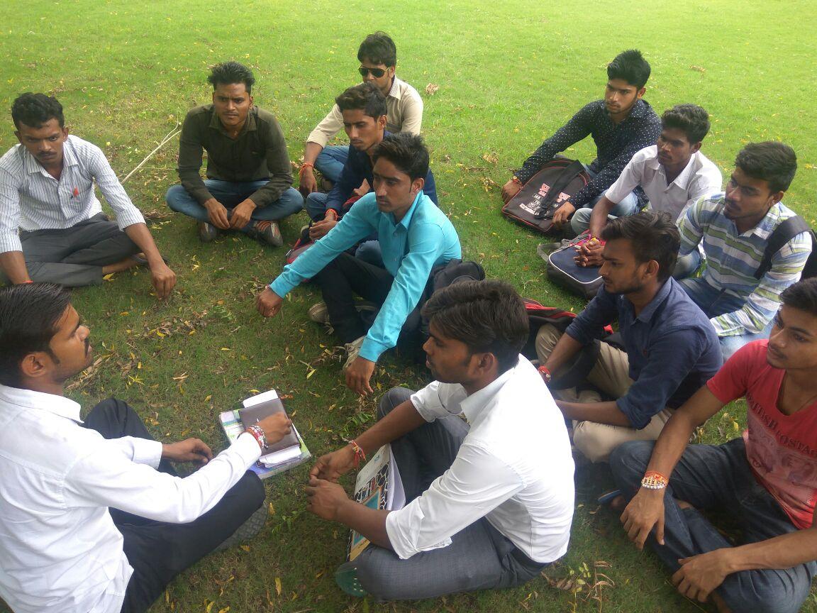 अलीगढ। श्री वार्ष्णेय महाविधालय के छात्रनेता और छात्रो ने विधि छात्र रामू पंडित की अध्यक्षता में कालेज परिसर में बैठक की