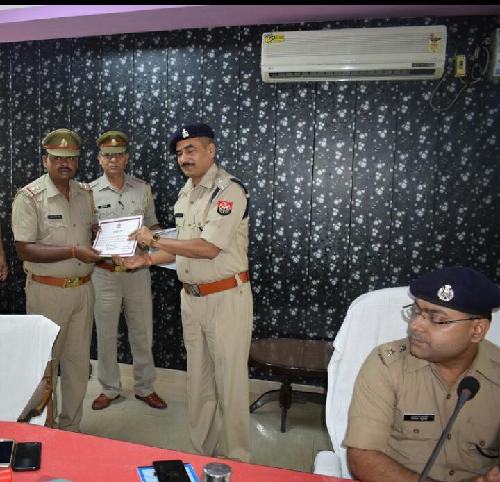 फ़िरोज़ाबाद-एसएसपीअजय कुमार पांडेय ने आज पुलिस लाइन सभागार में क्राइम मीटिंग ली जिसमें दो थाना प्रभारियों सहित कई पुलिस कर्मी किए सम्मानित।