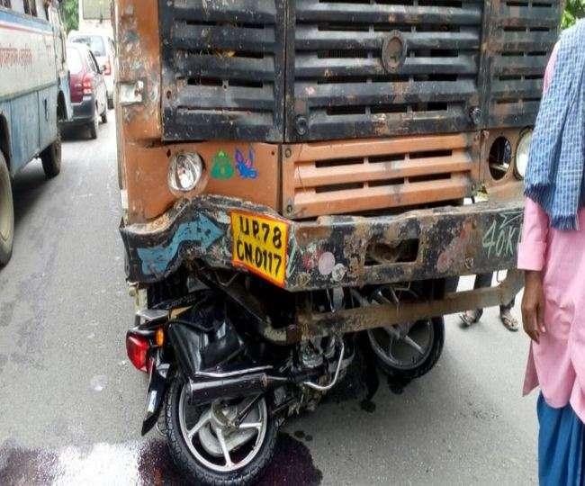 कुशीनगर में ट्रक और मोटरसाइकिल की सीधी भिड़ंत, दो की मौत