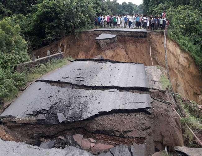 मैनपुरी में तेज बारिश के कारण धंस गया पुल