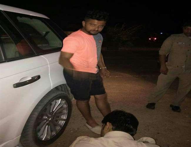 इटावा में गाड़ी का टायर फटने के बाद हादसे से बचे क्रिकेटर सुरेश रैना