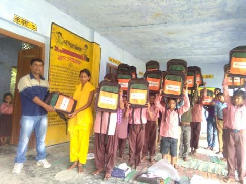 मिहीपुरवा ब्लॉक के स्कूल मे बैग पाकर खिले नौनिहालों के चेहरे
