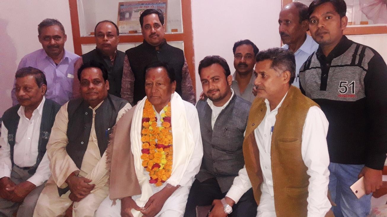 पूर्व मंत्री को जन्मदिवस के अवसर पर कार्यकर्ताओं ने दी बधाई