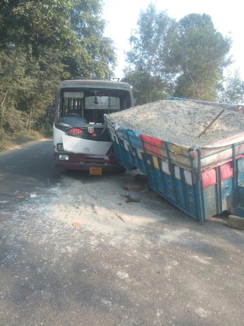 लखीमपुर खीरी बस और ट्राली में भिड़ंत