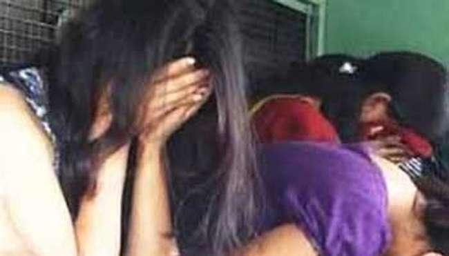 कुशीनगर में पुलिस ने छापा मारकर सेक्स रैकेट पकड़ा, चार युवतियों सहित नौ गिरफ्तार