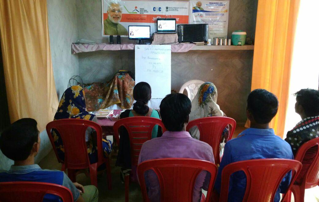 एटा: प्रधानमंत्री द्वारा चलाए जा रहे ग्रामीण साक्षरता आभियान को लेकर ग्रामीण लोगों में है खुशी!