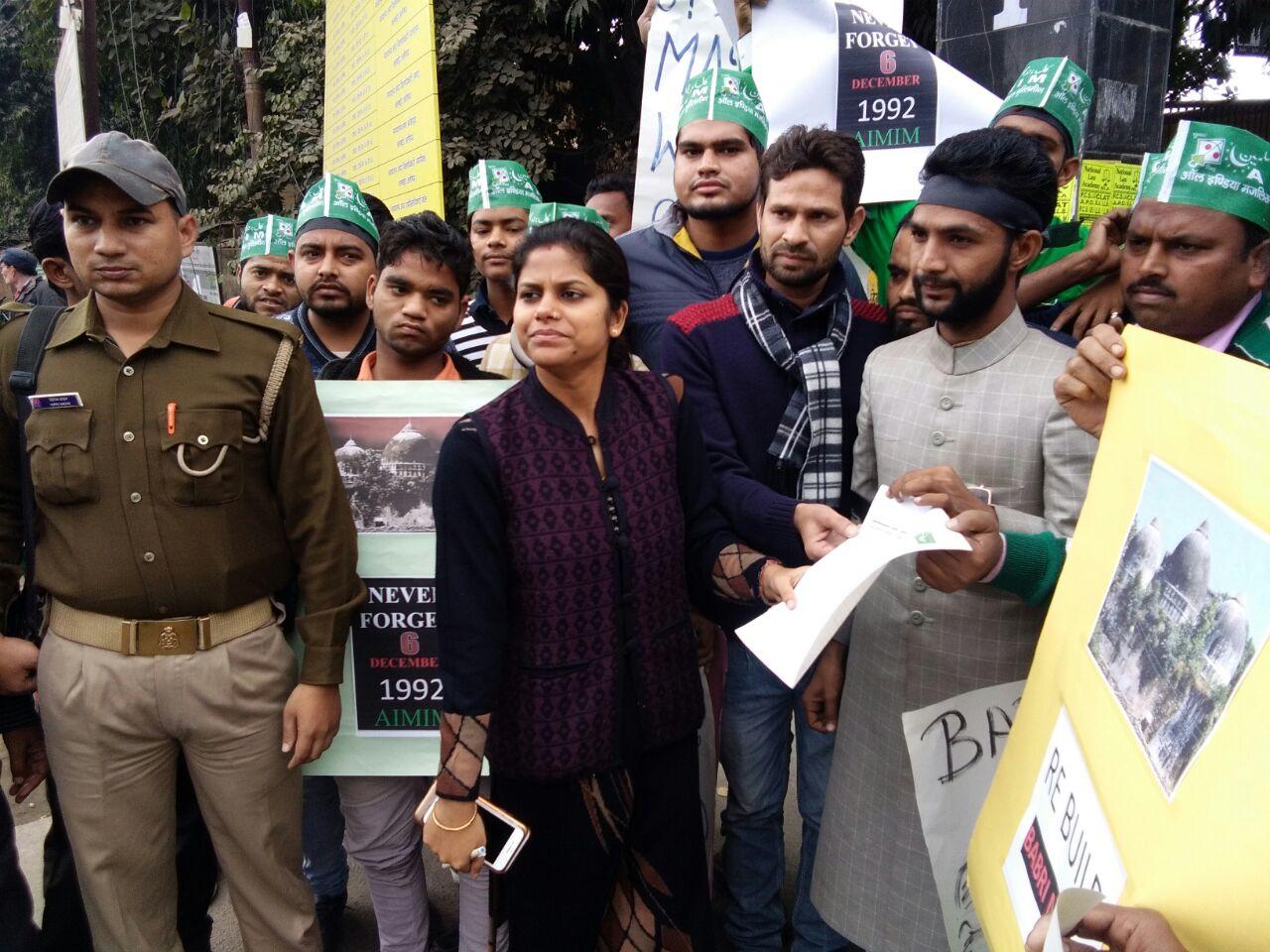 अलीगढ़:--आल इंडिया मजलिस-ए-इत्तेहादुल मुस्लिमीन ने बुधवार को बाबरी मस्जिद की शहादत के विरोध में ए0सी0एम0 सेकंड को सौंपा ज्ञापन।