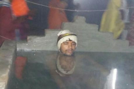 गोंडा मे कड़ाके की ठंड में जल समाधि लेकर बाबा कर रहे हैं अनुष्ठान