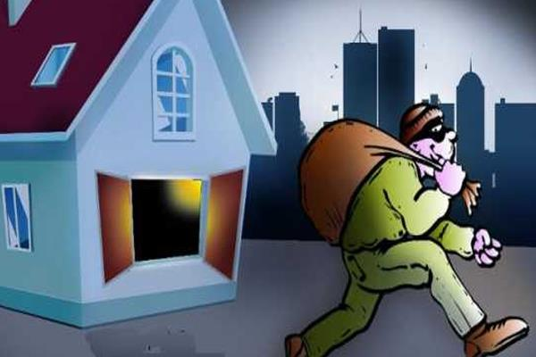 चोरो के हौसले बुलन्द बैंक मे लगाई सेंध