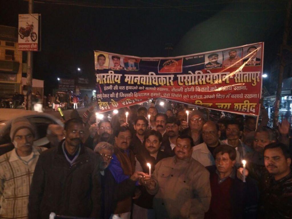 सीतापुर मे शहीदो न भूलते हुए उनकी याद में मोमबत्ती जलाकर उन्हे श्रदांजलि दी
