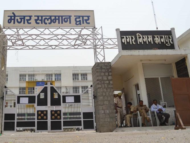 कानपुर नगर मे मनमाने तरीके से हो रही खुदाई पर नगर निगम ने जल निगम का दिया नोटिस