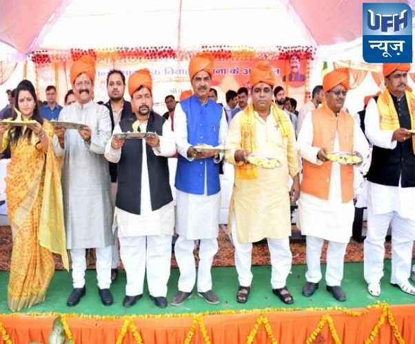 फर्रुखाबाद के एक कार्यक्रम के दौरान मंत्री, सांसद, विधायक समेत भाजपा नेताओं ने जूते पहन कर की श्रीराम की आरती