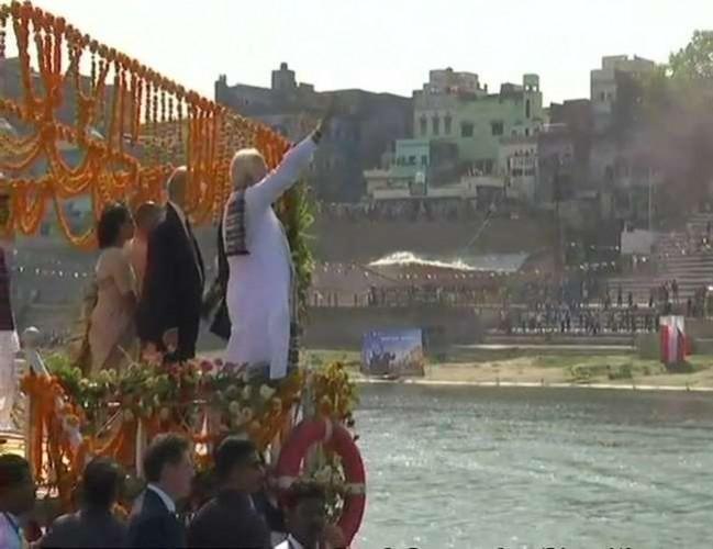 पीएम नरेंद्र मोदी के साथ फ्रांस के राष्ट्रपति ने की गंगा की लहरों की सवारी