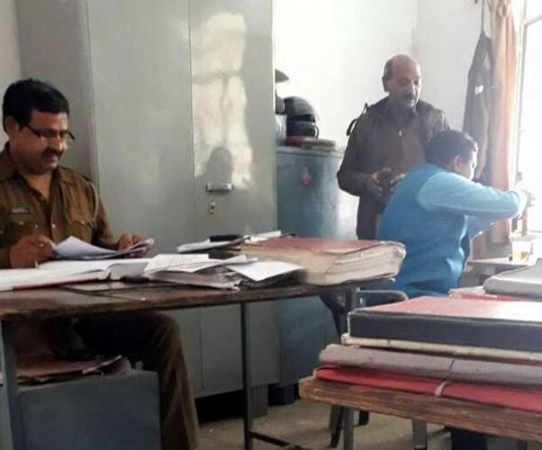 टूंडला सीओ ऑफिस में शराब पीते पुलिस कर्मियों का फोटो वायरल