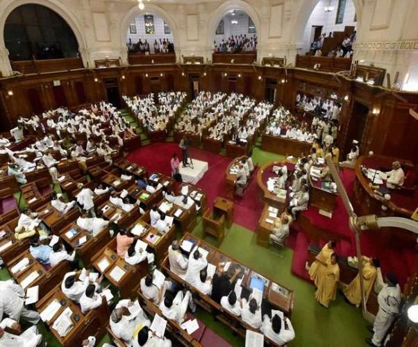कर्जमाफी पर सरकार को घेरने की कोशिश, विधान परिषद से बहिर्गमन