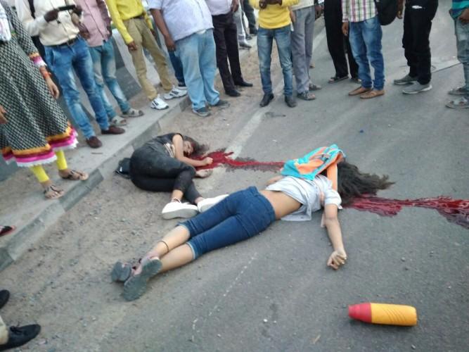 रामादेवी हाईवे पुल पर स्कूटी फिसली दो छात्राओं की मौत , रोड किनारे पड़ी बजरी बनी मौत का कारण ।