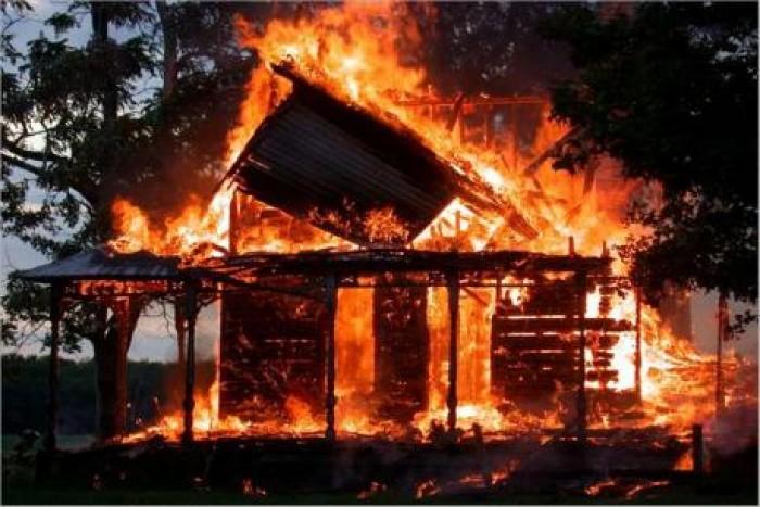 राजधानी लखनऊ मे अवैध गैस रिफिलिंग के दौरान लगी आग में 25 घराने राख, एक की मौत