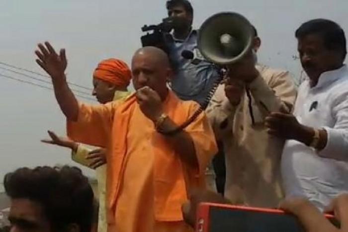 कुशीनगर मे जब बेकाबू भीड़ को नियंत्रित करने बोनट पर चढ़ गए सीएम योगी