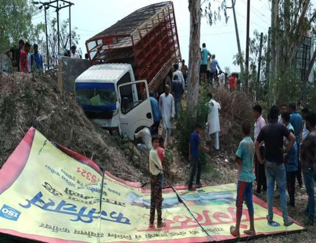 मुजफ्फरनगर में  तेज रफ्तार अनियंत्रित डीसीएम ने बस के इंतजार में खड़े यात्रियों को रौंदा, चार की मौत