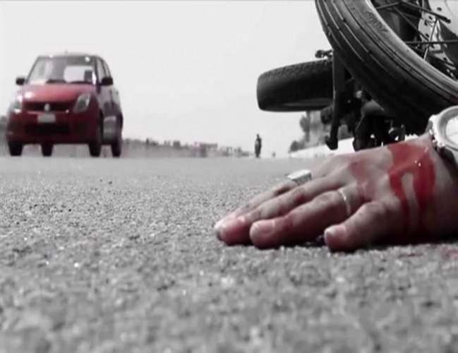 बाइक का टायर फटा बाइक सवार तीन लोग गिरकर गंभीर