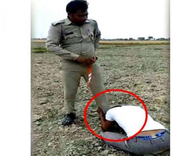 मैनपुरी पुलिस के दामन पर फिर लगा दाग सिपाही ने युवक को पीटा, फिर जूते पर रगड़वाई नाक, वीडियो वायरल