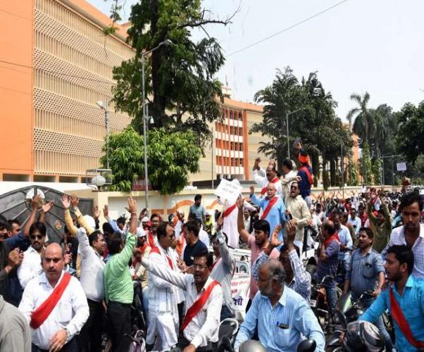 राजधानी लखनऊ मे राज्यकर्मियों व शिक्षकों ने रैली निकाल दी हड़ताल की चेतावनी