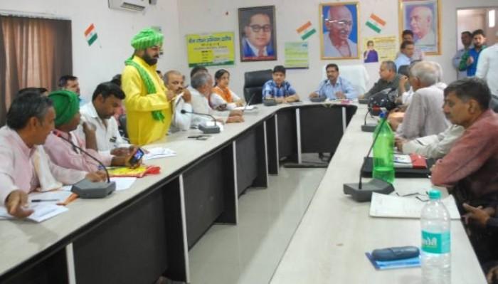 मथुरा मे अधिकारियों ने गंभीरता से नहीं लिया किसान दिवस