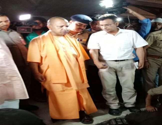 वाराणसी के कमिश्नर से सीएम योगी आदित्यनाथ ने पूछा, कैसे गिरा बीम