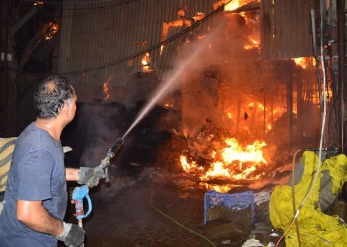 फिरोजाबाद मे ग्लास फैक्ट्री में भीषण आग, अफरातफरी