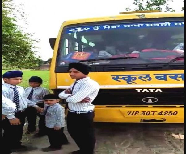 पीलीभीत में पिस्टल दिखा रोकी स्कूल बस, दो घंटे तक बच्चों को बनाया बंधक