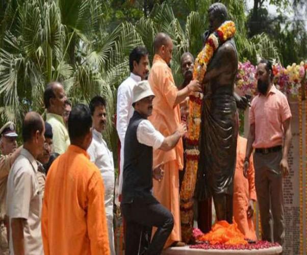 वाराणसी मे मुख्यमंत्री योगी आदित्यनाथ ने वाराणसी सेंट्रल जेल में किया आजाद की प्रतिमा का अनावरण