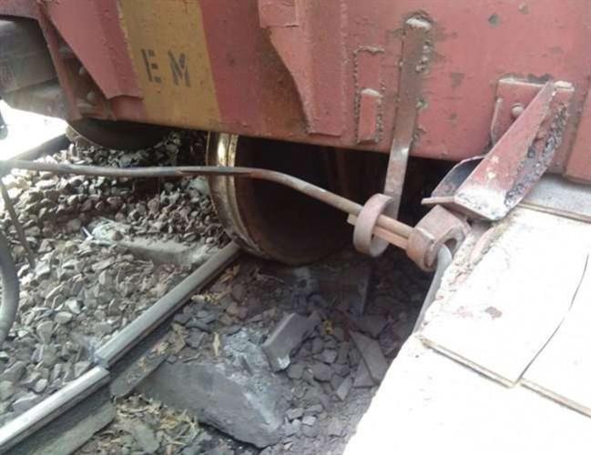 फीरोजाबाद रेलवे स्टेशन के पास मालगाड़ी के पांच डिब्बे पटरी से उतरे, सड़क व रेल मार्ग प्रभावित