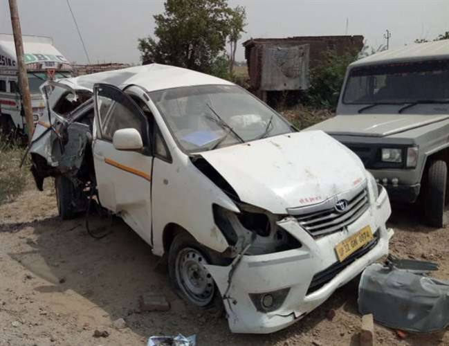 इलाहाबाद के नवाबगंज क्षेत्र में सड़क हादसे में एक ही परिवार के 5 लोगों की मौत