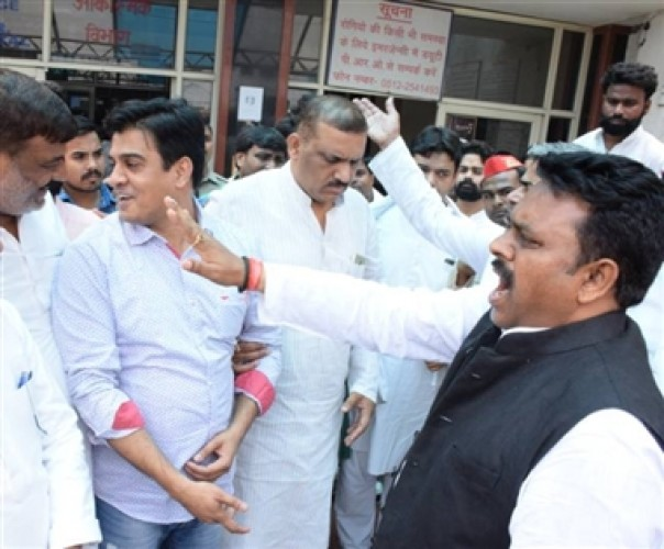 कानपुर मे मृतकों का रिकार्ड न देने पर डॉक्टरों से सपाइयों की बहस