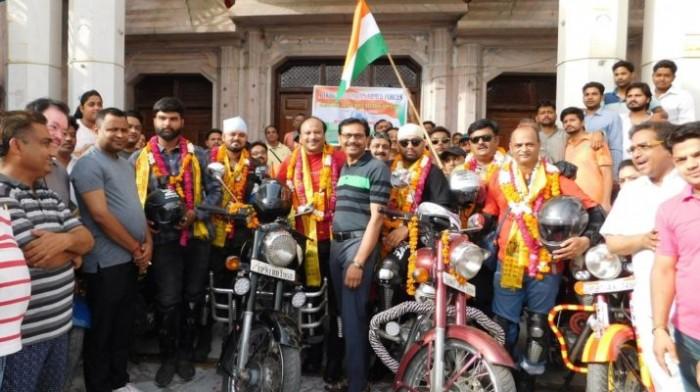 अलीगढ के छ जांबाज मोटरसाइकिल से लेह लद्दाख रवाना हुये