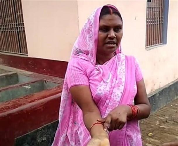 बलिया मे पति को पीटने का विरोध करने पर महिला को पुलिस ने पीटा