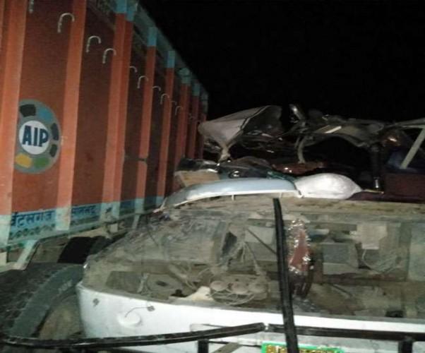 जनपद मीरजापुर में खड़े ट्रक में घुसी रोडवेज बस, चार की मौत, 14 घायल