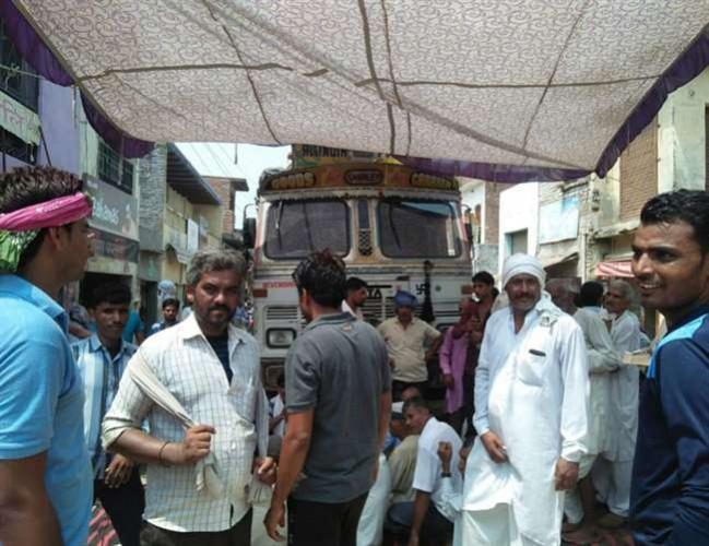 जनपद अलीगढ़ के दर्जन गांवों में 20 घंटे बिजली सप्लाई ठप, किसानों ने लगाया जाम