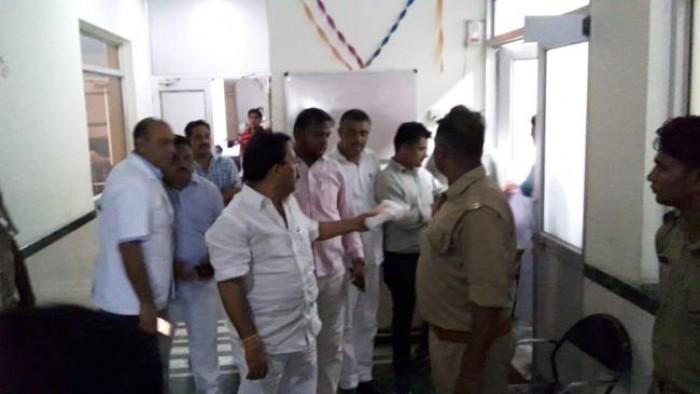 मेरठ  जिला कारागार में बंद बसपा के पूर्व विधायक योगेश वर्मा ने कहा जेल में हो रहा सौतेला व्यवहार, समय आने पर सिखाऊंगा सबक