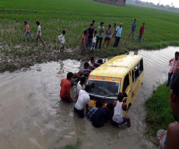 जनपद गोरखपुर में बच्चों को स्कूल ले जा रही टाटा मैजिक नाले में पलटी, कई घायल