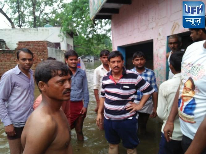 मुरसान में पांच घन्टे से लगातार हो रही बारिश से घरों में भरा पानी