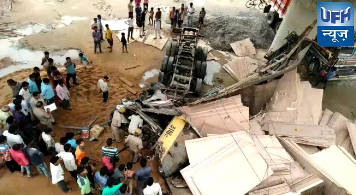 रायबरेलीके बछरांवा थाना क्षेत्र मे फ्लाईओवर से गिरा ट्रक हादसा