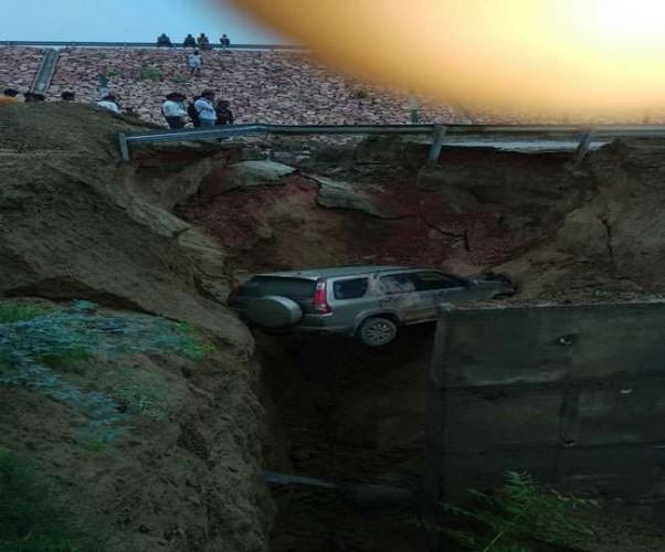 अागरा- लखनऊ एक्सप्रेस वे की सर्विस रोड धंसने से 50 फिट गहरी खाईं में गिरी बोलेरो कार