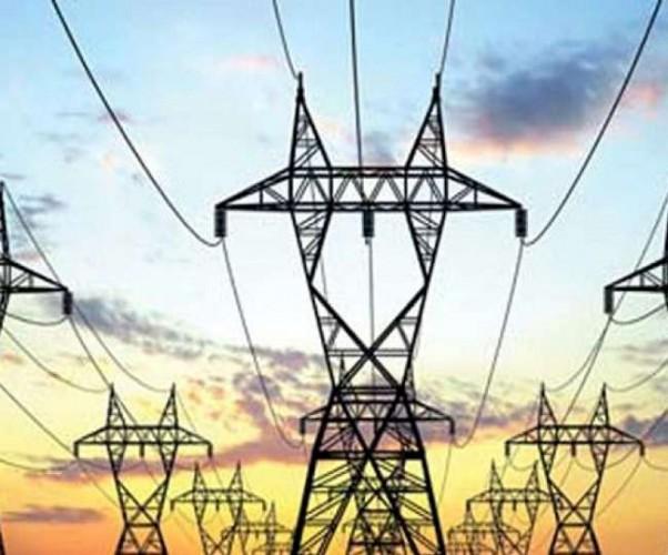 तेलियाना में मौत बनकर लटक रहा बिजली का खम्भा , दर्जनों बार शिकायतों के बावजूद कोई बिजली कर्मी नहीं पहुंचा