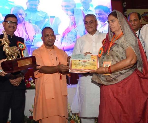 मुख्यमंत्री योगी आदित्यनाथ ने निर्देश दिया दुग्ध समितियों की संख्या दस गुना और बंद डेयरियों को पुनर्जीवित करें
