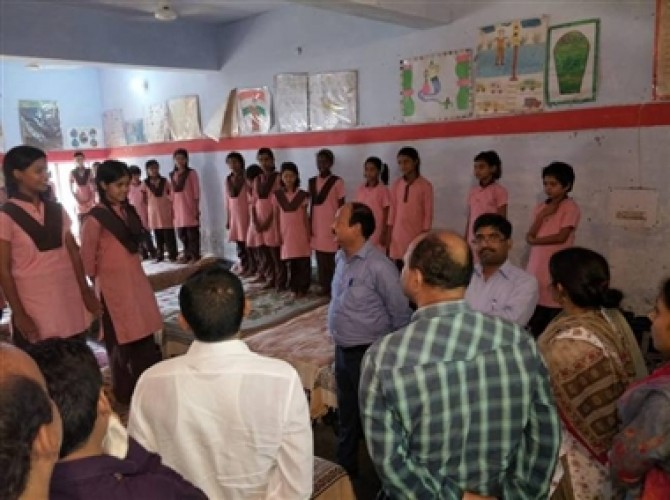 अलीगढ़ के कस्तूरबा गांधी बालिका विद्यालय में मारा छापा, मिली खामियां