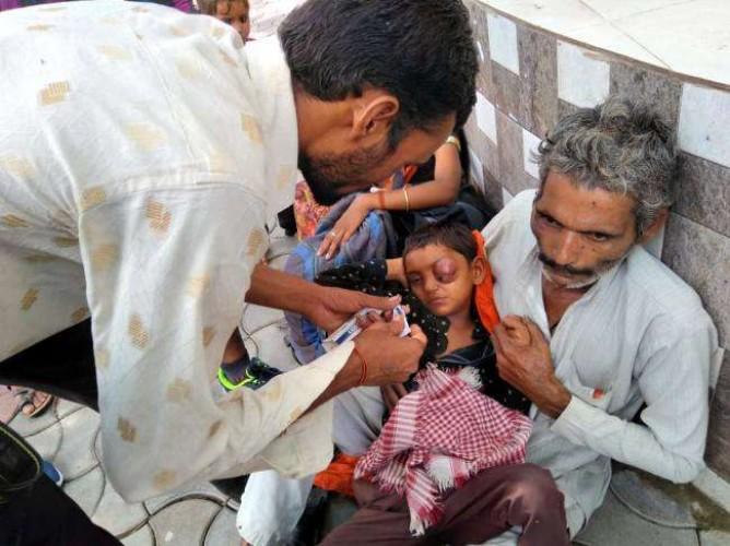 शाहजहांपुर जिले के स्कूल में शिक्षक की पिटाई से फूटी केजी के छात्र की अांख, पीड़ित परिवार धरने पर बैठा