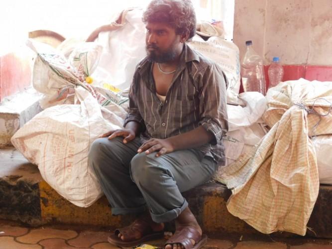 कानपुर सेंट्रल स्टेशन पर सफाई कर्मियों ने भिखारी को मार मार कर बेसुध किया